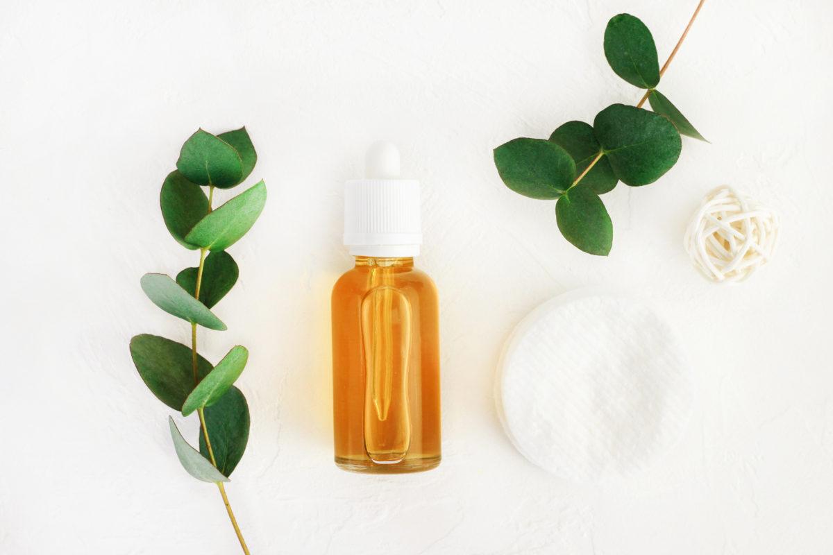 Flacon d'huile essentielle de lavande et branches d'eucalyptus: l'aromathérapie contre l'anxiété