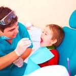 Première visite chez le dentiste: quand la prévoir?