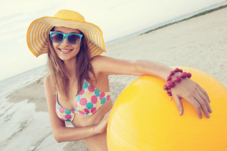 Une jeune femme qui souhaite perdre du poids avant d'enfiler son maillot de bain l'été