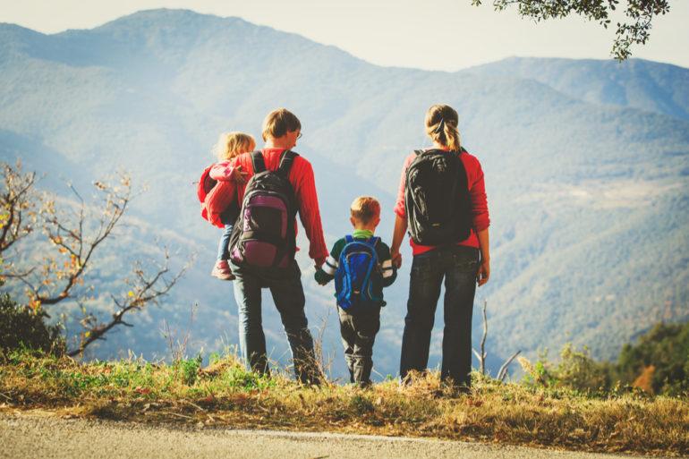 Une famille en voyage avec dans leurs sacs à dos, leur trousse de toilette de secours
