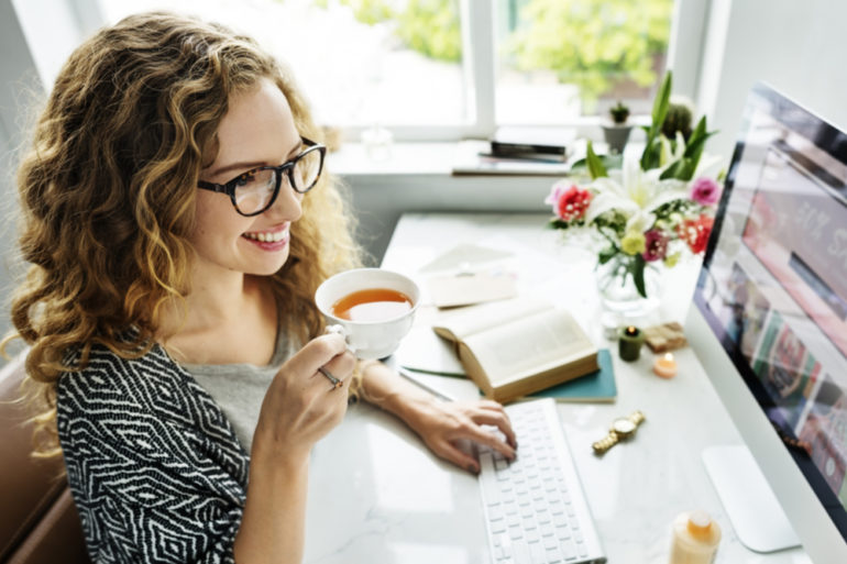 Jeune femme au travail, qui se détend avec une des astuces anti-stress: faire une pause de quelques minutes_tegen stress