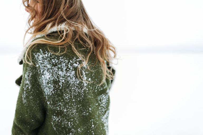 Il fait froid. Une jeune femme aux cheveux abîmés et aux ongles cassants cherche comment leur redonner vigueur