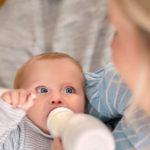 Passer de l'allaitement maternel au biberon : une étape importante pour vous et votre bébé