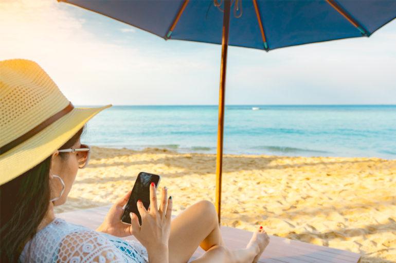 femme-chapeau-parasol-soleil-ete
