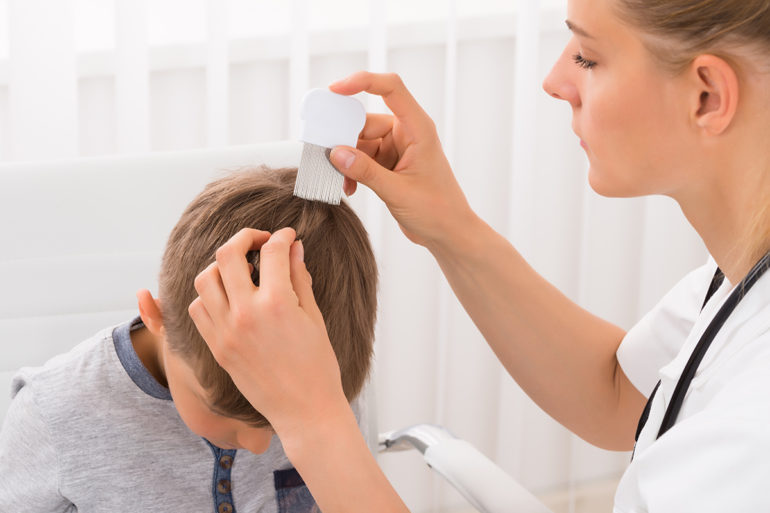 femme-peigne-poux-cheveux-enfant